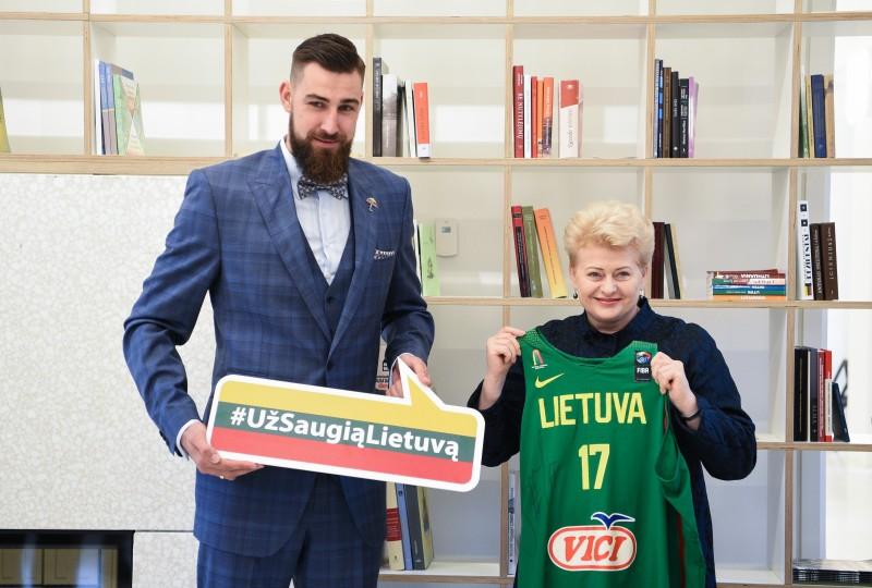 """Jonui Valančiūnui – """"Už saugią Lietuvą"""" ambasadoriaus ženklelis"""