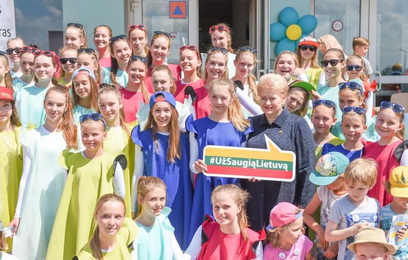 Prezidentė kviečia vaikams padovanoti vasarą