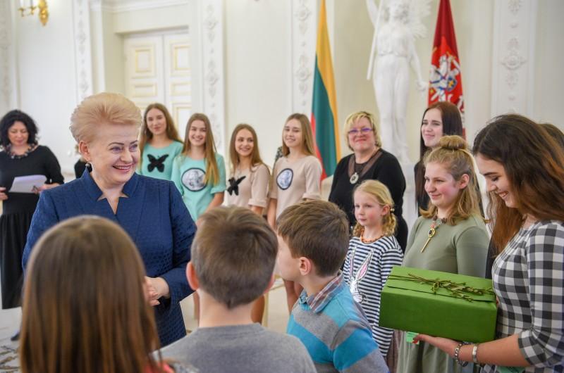 Prezidentei – apdovanojimas iš vaikų rankų